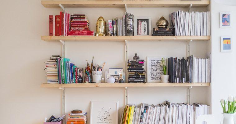 Ein Bücherregal auf Prüfstand – Entgiftung des Bücherregals um endlich geistigen Platz für sein Glück zu schaffen.